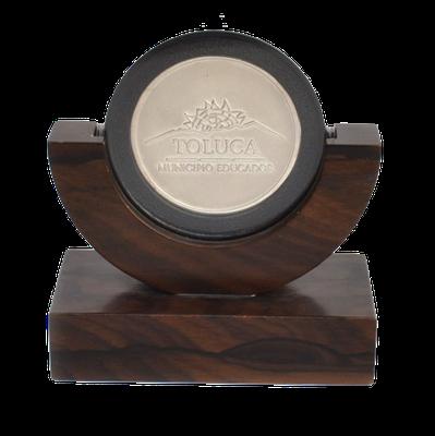 #moneda en plata 50mm, troquelado, base en madera de hebano, cod. 103063