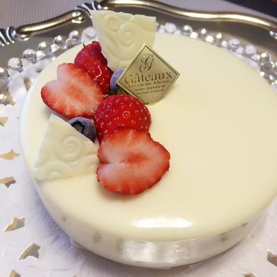 ホワイトチョコレートとベリーのケーキ