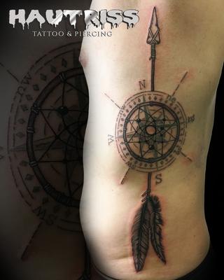 Pfeil-Kompass-Traumfänger-Tattoo an der Flanke
