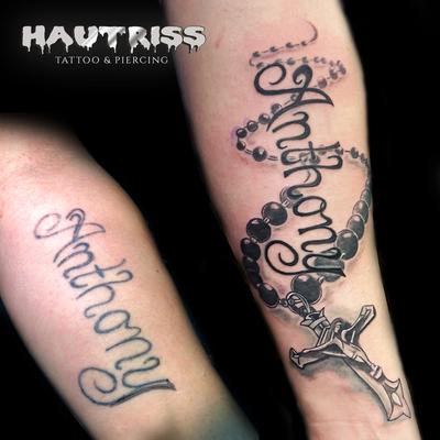Auffrischung und Ergänzung eines bestehenden Tattoos, Schriftzug-Tattoo, Rosenkranz-Tattoo