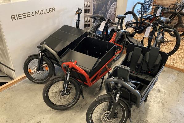 Viele verschiedene Riese und Müller Modelle in dem Lastenfahrrad-Zentrum in Ahrensburg