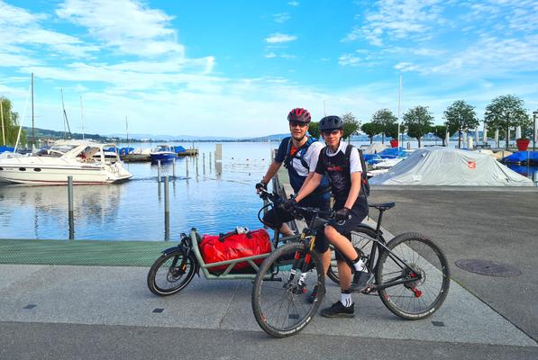 Daniel und sein Sohn mit dem e-Bike sowie Lasten e-Bike von Riese und Müller