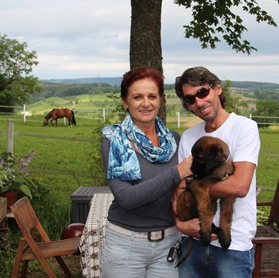 Yasar zu ihren neuen Besitzern nach Österreich