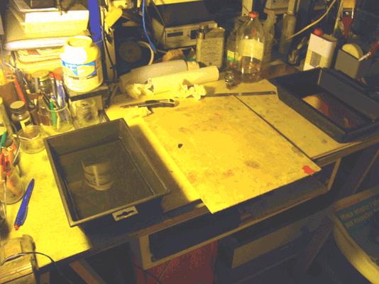 2 bacs : à gauche un bac pour la réhydratation (eau à 13°C) du papier exposé