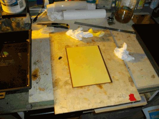 le papier réhydraté plaqué sur le cuivre et essuyé au dos