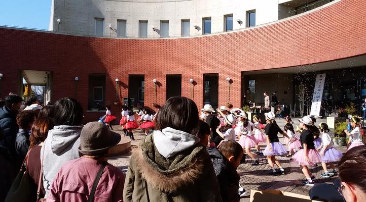楽習館前でも子供たちのダンスで盛り上がっていました