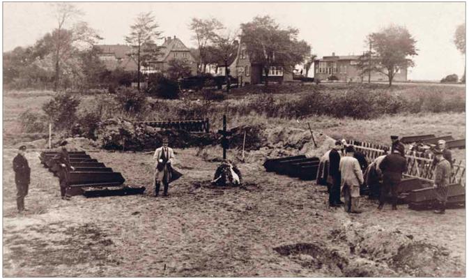 Bestattung der Leichen aus der Thielbek (Quelle  KZ-Gedenkstätte Neuengamme)