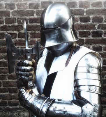 Schwere Rüstung mit Mordaxt