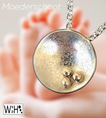 Edelsmid Wilma van den Hoek hanger kindje in moeders schoot (zilver en goud)