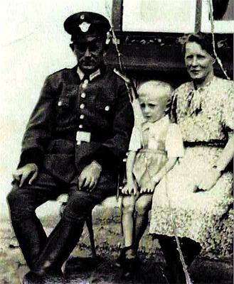 """Adolf Faltin Ehefrau Marie und Sohn Kurt """"zu Besuch auf der Dienstelle in Russland (Ukraine)"""" ca. 1941"""