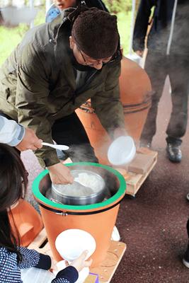 2012年に復刻された蒸しかまど(三升炊き用)で炊飯している様子
