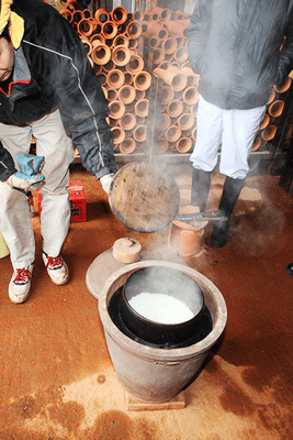 70年以上前に製造された小田式蒸しかまどで炊飯している様子