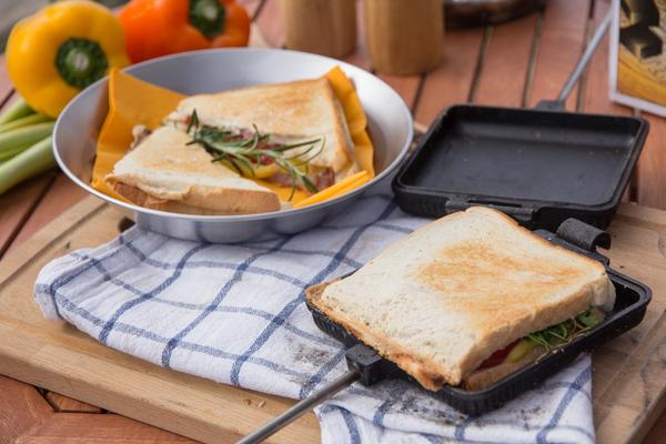 Sandwicheisen mit angerichtetem Sandwich für Feuerschalen