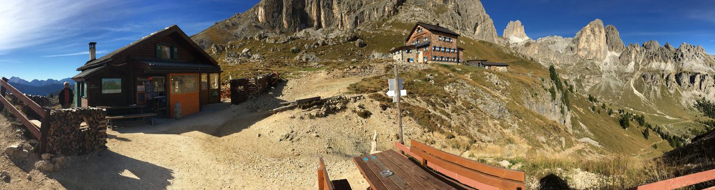 Ostseite des Rosengartenmassivs, Baita M. Pederiva (2273m, links) und Rotwandhütte (Mitte)