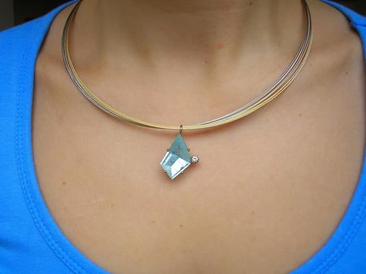 Wir verarbeiten gerne Steine mit außergewöhnlichen Schliffen, wie dieser schöne Aquamarin (Gefasst in Weissgold mit Brillant)