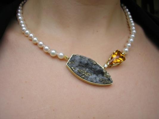 Die Perlenkette gehörte bereits der Kundin, aber sie wünschte sich einen Hingucker in Gelb und Schwarz.