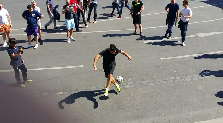 Fußballkünstler zaubert