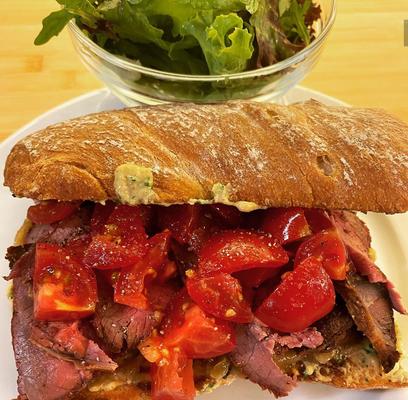 Roast Beef Sandwich mit Tomaten, karamellisierten Zwiebeln und Senf-Krensauce von Traditional but not