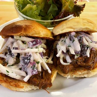 Beef Sandwich im selbstgemachten Weckerl mit Kohlrabi-Krautsalat von Mark's Midday Menu