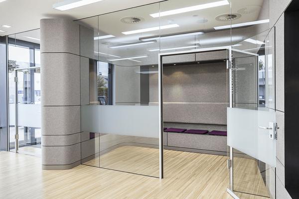 Trennwände aus Glas tragen zur angenehmen Atmosphäre der Inneneinrichtung der Arztpraxis bei