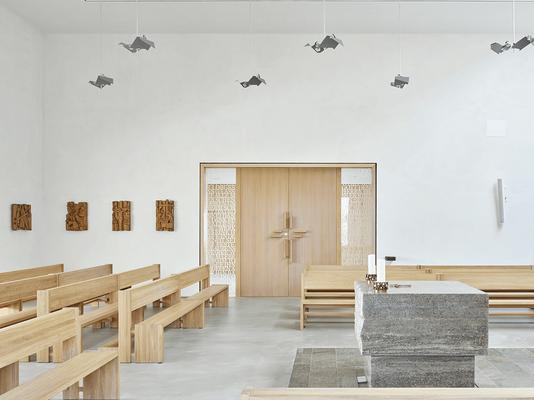 Das Mobiliar der Kiche in Steinbach hat die Schreinerei Kleeschulte aus massiver Eiche hergestellt
