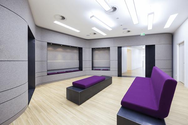 Eine kreativ gestaltete Arztpraxis, hochwertig umgesetzt von den Profis für Möbel und Innenausbau