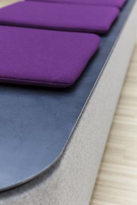 Sitzpolster setzen farbige Akzente in den Praxisräumen mit moderner Inneneinrichtung