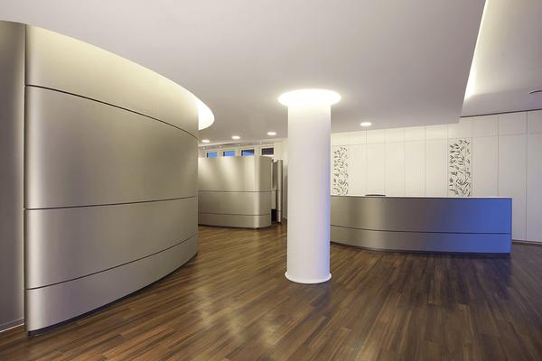 Ein stimmiges Design-Konzept für die Arztpraxis, vom Licht über die Formgebung bis hin zur Materialwahl und Umsetzung einfach perfekt