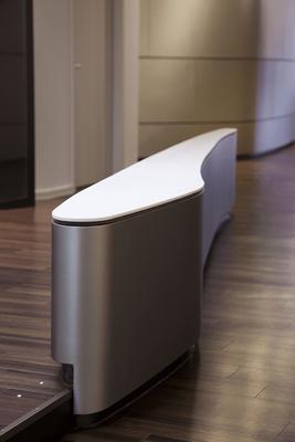 Frei geformte Möbel integrieren sich in die kreative Praxis-Einrichtung