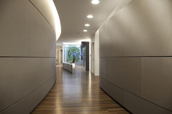 Großzügige Gestaltung mit hohem Designanspruch zeichnen die Innenarchitektur dieser Arztpraxis aus
