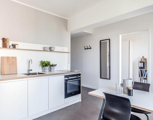 Entwurf und Herstellung der Küchenzeilen mit Essplatz inklusive Vor-Ort-Montage