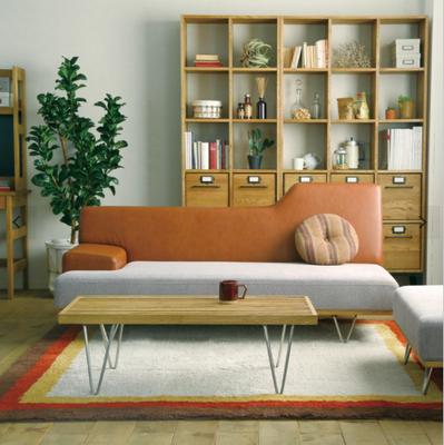 テーブルはソファの正面に設置するレイアウトも〇