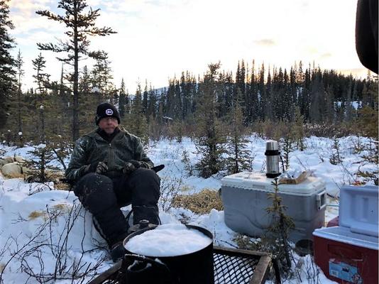 Schnee zu Wasser machen, jeden Tag, zig Liter, eine langwierige Sache, aber nötig. Fürs Futter, in Thermoskrüge abgefüllt für unterwegs, für den allgegenwärtigen Kaffee -