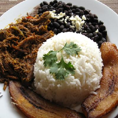 Papellón - gezupftes Rindfleisch mit Reis, Kochbanane und schwarzen Bohnen