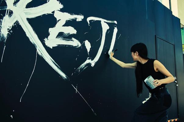 """7/30 原宿・キャットストリート """"HARE.JP"""" 新店舗工事中の仮囲いに photo : Koji Sato"""