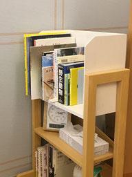 本棚には様々な本があります