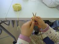 新1年生も小さな手で編み始めました