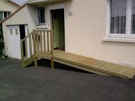 Rampe d'accès handicapé PMR en bois - réalisation FMA Menuiserie Lezay