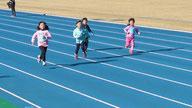 クラブ記録会では、陸上競技場で50m走や走り幅跳びにも挑戦します。
