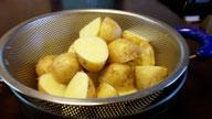 長崎の新じゃがを皮ごと茹でてポテトサラダを作りました。