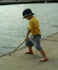 Enki jouant au bord de l'eau (voir position des pieds et des genoux)