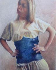 Une jeune femme blonde porte un corset orthopédique en résine bleue sur un pyjama jaune. Huile sur toile, 80/100 cm.