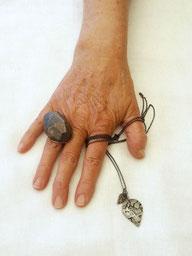 Ring aus der Serie 'Heavy Metals' , € 140.- | Kette aus der Serie 'Textured Silver' , € 180.-