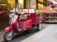 Kasimir, Cäsar und Fredi auf einem Motorrad im Kaufhaus Gum in Moskau
