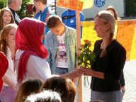 Die Klassensprecher übergeben Blumen und Grüße aus ihren Klassen an die neue Schulleiterin.