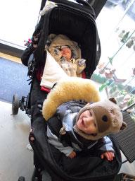Sven + Ben ... Ben hat großen Spaß in seinem neuen Geschwister-Kinderwagen