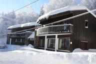 façade enneigée du chalet-hotel les Marmottes aux Monts d'Olmes