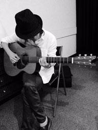 フシメ的セルフポートレイト?ケンソラくんのギターを抱えてるところをケンソラくんが撮影。