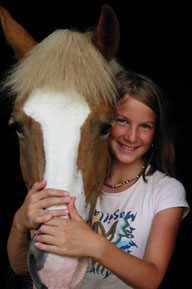Natascha Leiler umarmt mit 12 Jahren ein Pferd