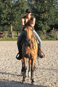 Natascha Leiler sitzt auf einem Pferd in Chile